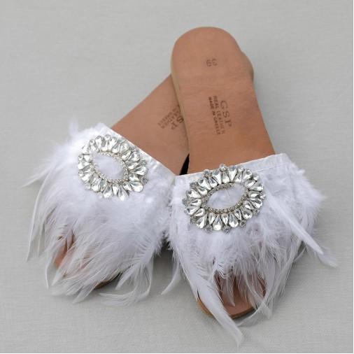 Χειροποίητα νυφικά σανδάλια με λευκό φτερό,πέρλες και μεγάλα κρύσταλλα